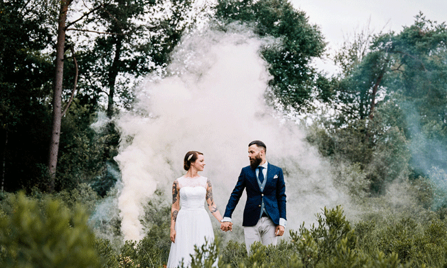 Een bruidspaar met tattoos en prachtige foto's met rookbommen!