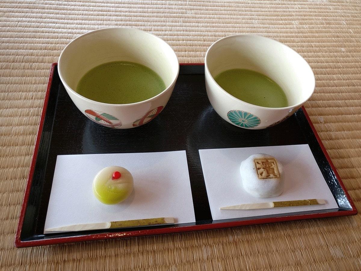 groene-thee-met-lekkernij