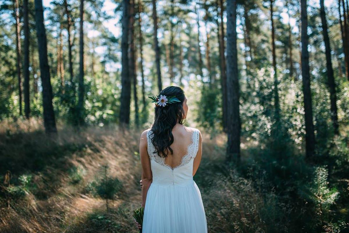 bloem-in-je-haar-nonchalante-bruidskapsel-kapsel