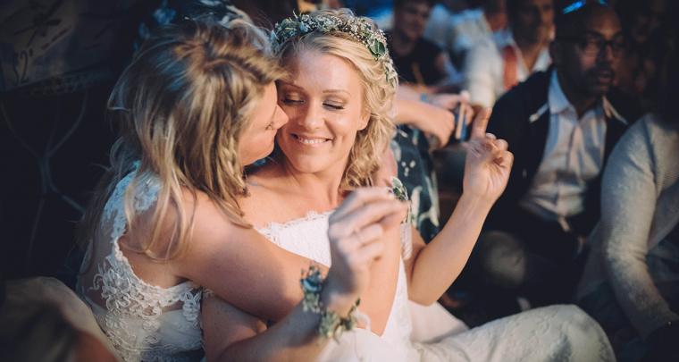 Zij trouwt met haar: Liefdesverhalen van twee bruiden