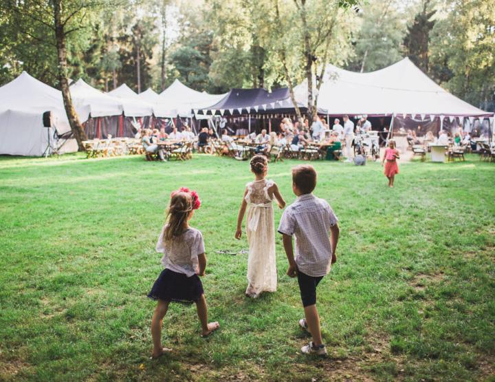 De zomerse festivalbruiloft van Shiela en Collin