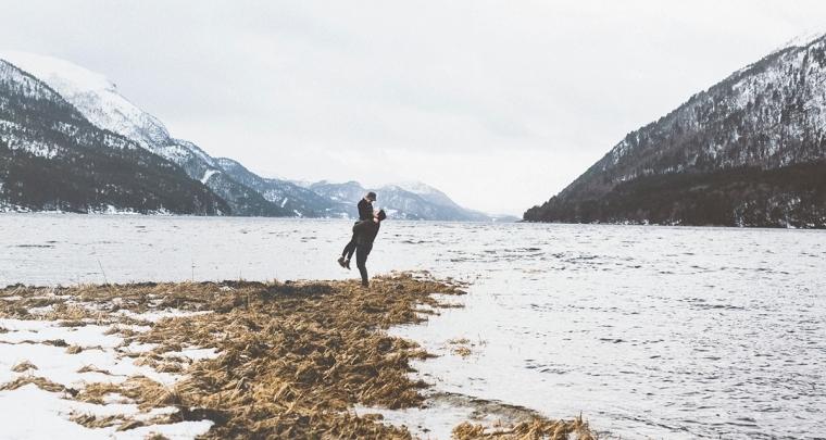 Winterse loveshoot in de sneeuw in Noorwegen