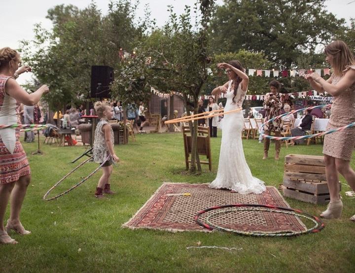 Een bohemian festival bruiloft met hoelahoepen!