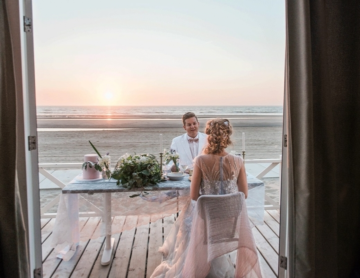 Romantisch trouwen op het strand met prachtige pastelkleuren
