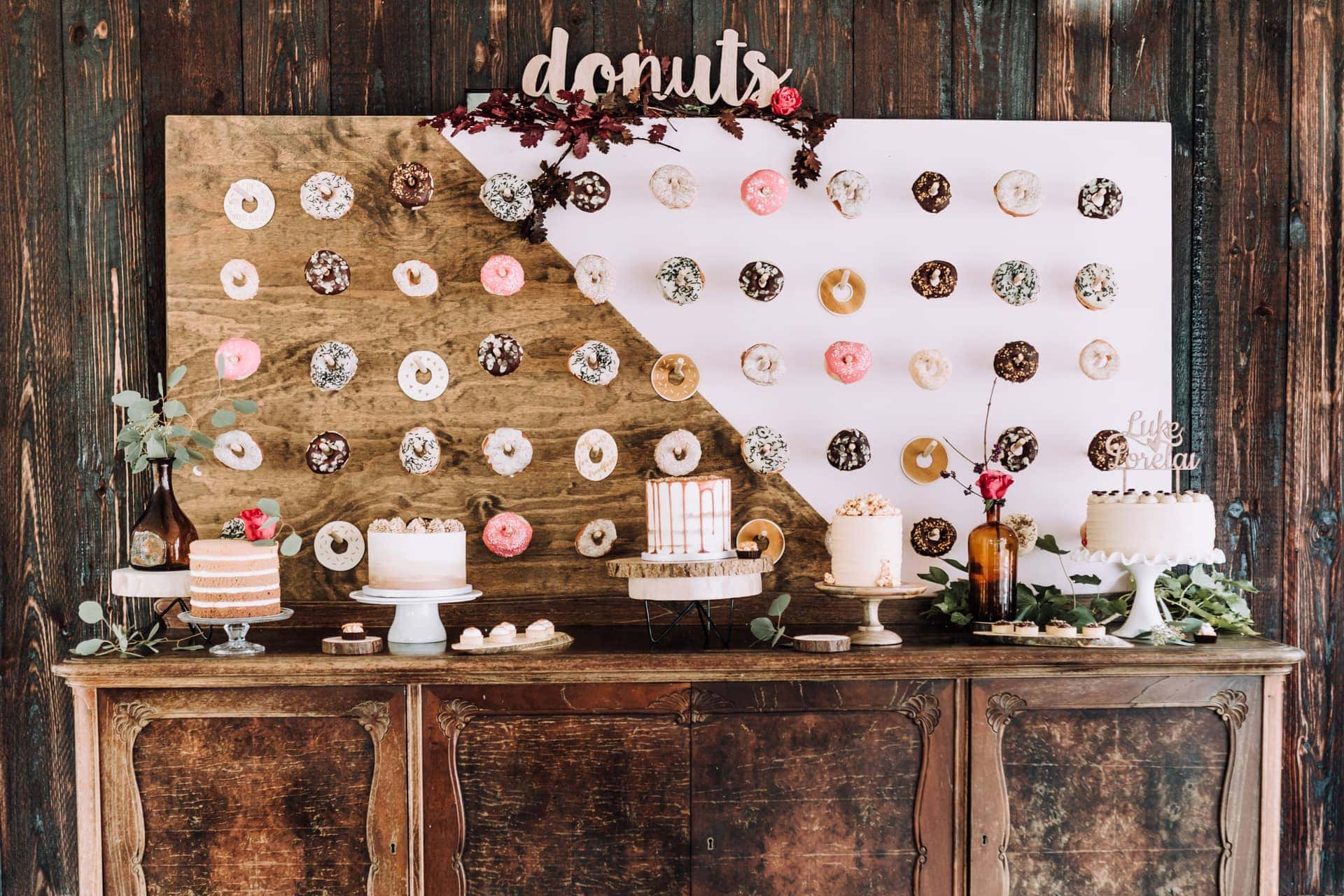 Donut wall met donuts op je bruiloft