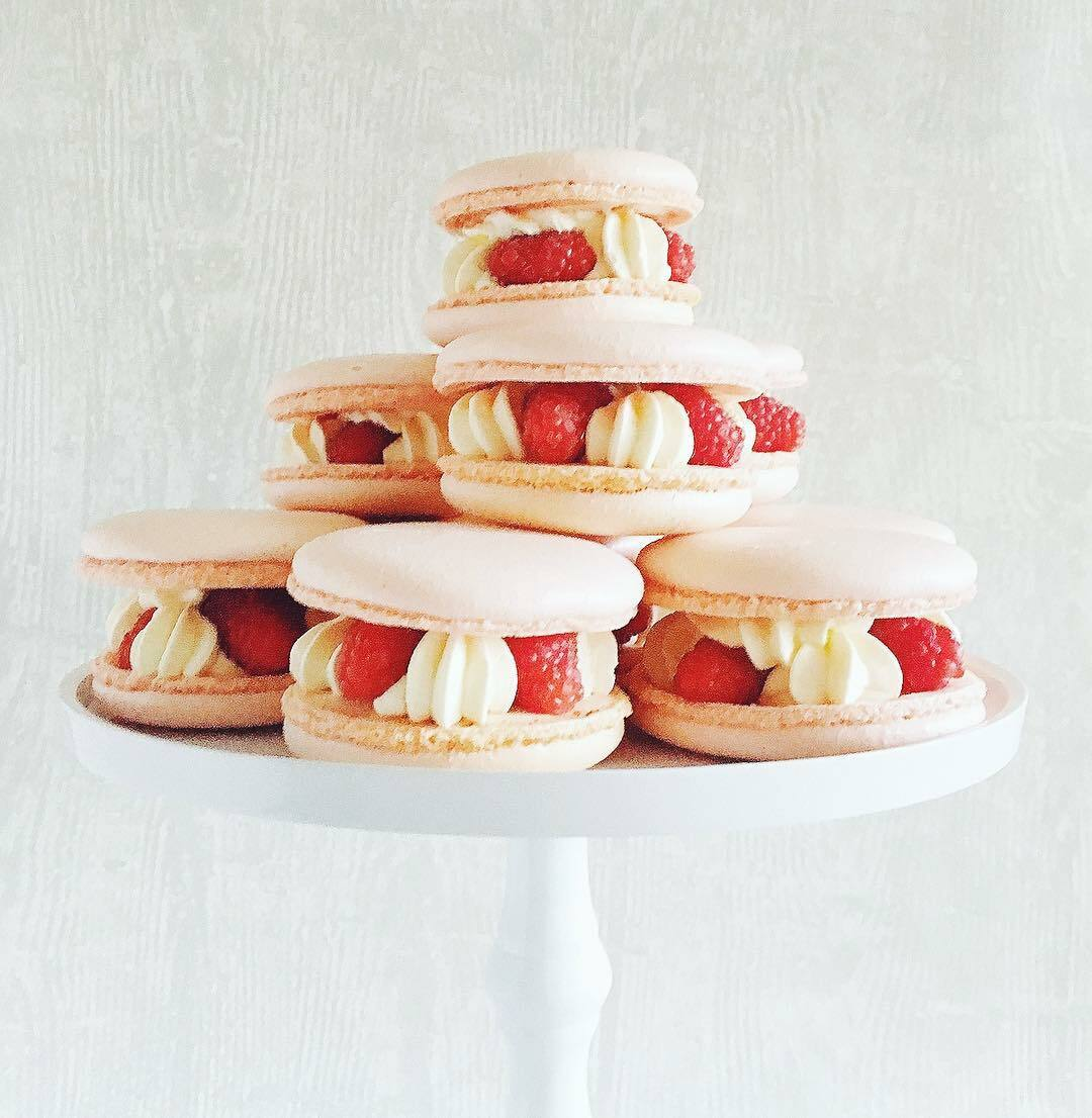 Macaron met frambozen en room Sprinkles bakery