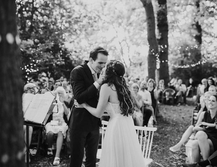 Een groene bruiloft in het bos