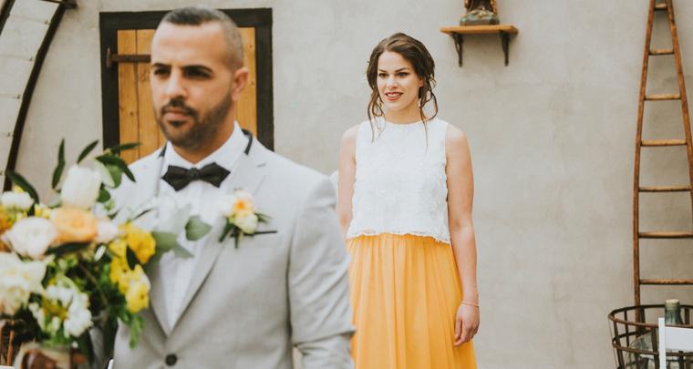 Een bruiloft met een vleugje geel