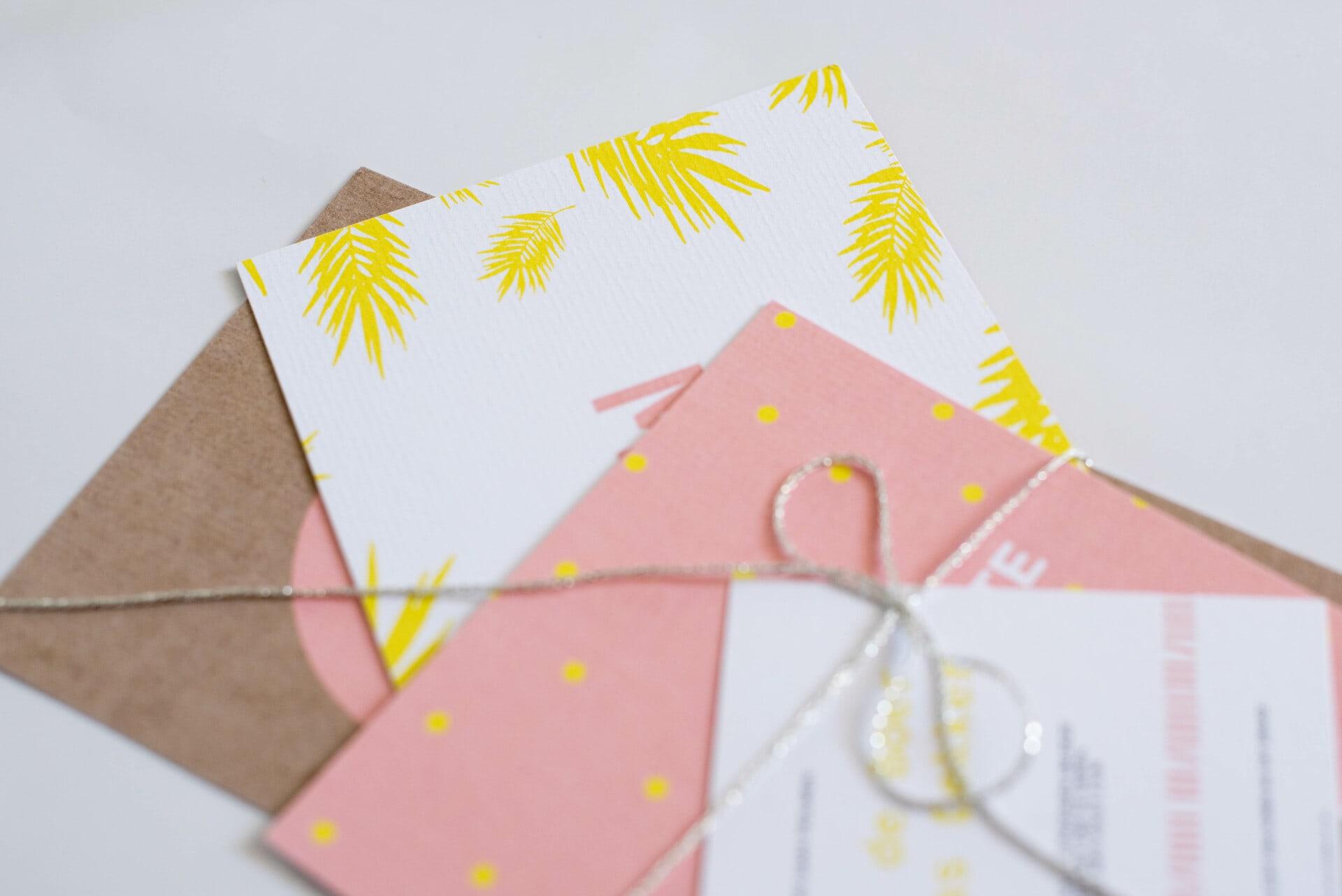Trouwkaart met fluor geel