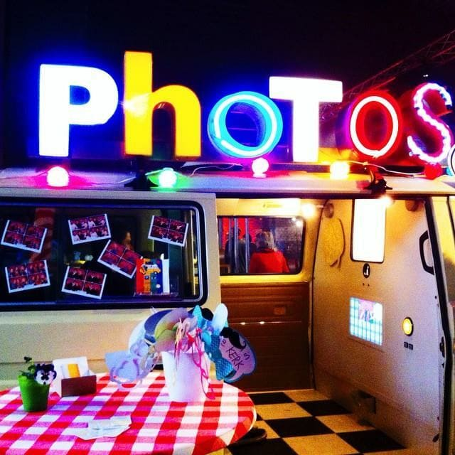 fotobusje Saykaas met neon letters