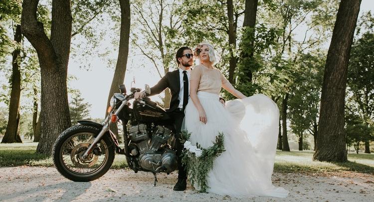 Creatief bruiloft idee: de bloemenhoepel als bruidsboeket!
