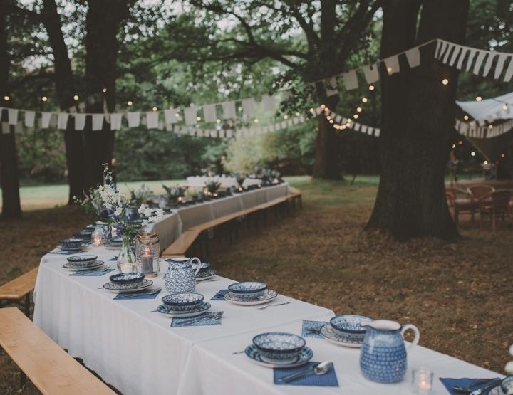 Een blauwe bruiloft in het bos