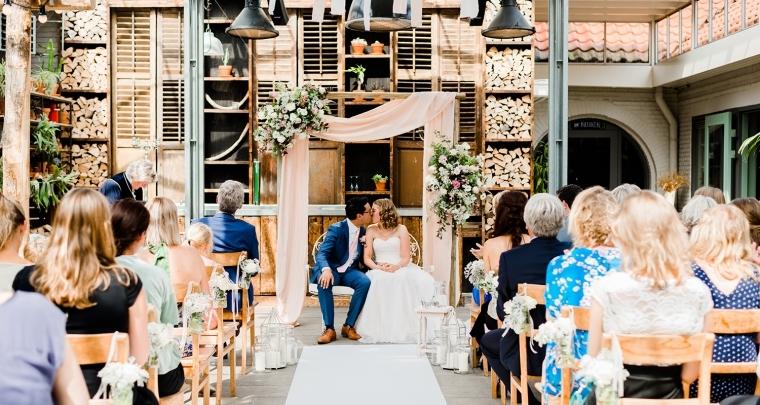 Een romantische bruiloft in een houten kas
