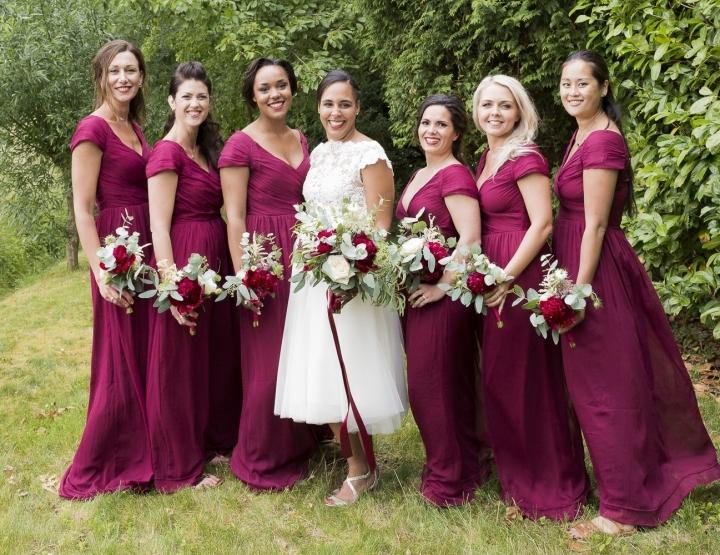Real Wedding: Trouwen in je eigen tuin met een vleugje paars