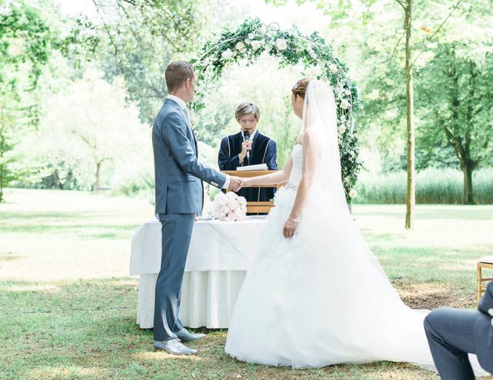 Romantisch buiten trouwen op een prachtig landgoed