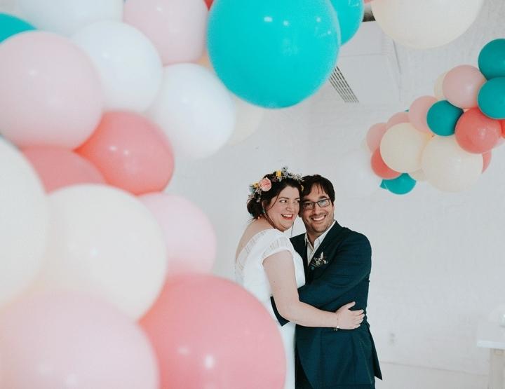 Creatieve bruiloft met roze ballonnen en dino's (yes, that happened)