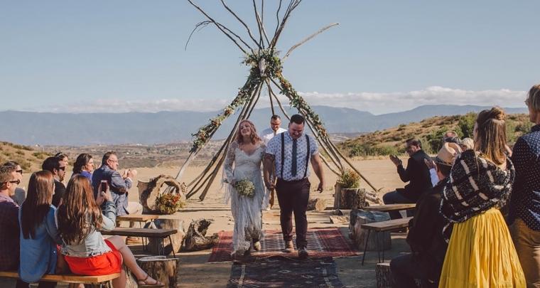 Een bohemian bruiloft op een Amerikaanse boerderij en een bruid met roze haar