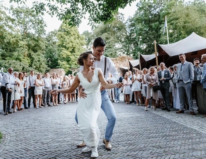 Bijna iedereen droeg wit op deze festivalbruiloft!
