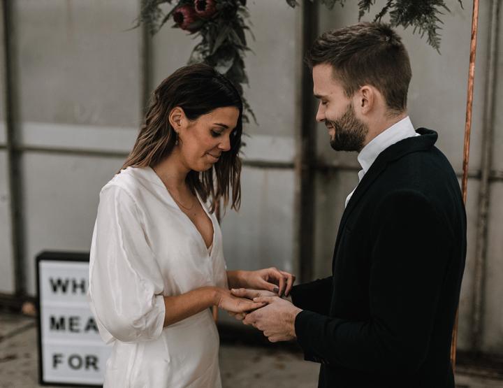 Een minimalistische bruiloft in een industriële trouwlocatie