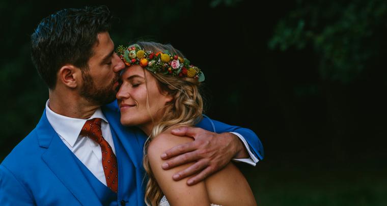 Een heerlijke festival bruiloft in de buitenlucht