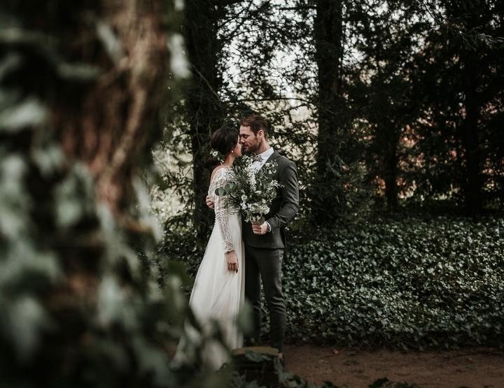 Trouwen in het bos met minimalistische styling