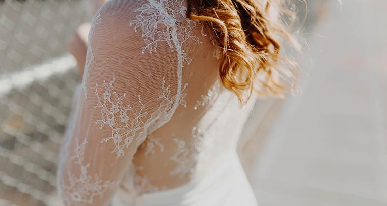 Tof idee: je trouwjurk mee op reis voor een fotoshoot!