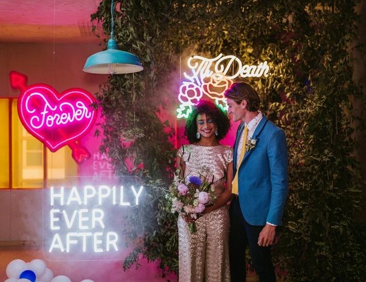 Inspiratie voor een roze neon bruiloft (met lampen, glitters, taart en ijs!)