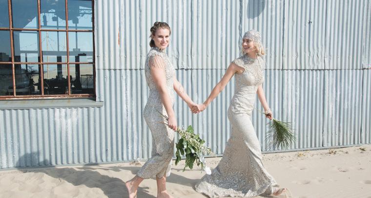 Sprookjesachtig trouwen in een vintage, zilveren trouwjurk...