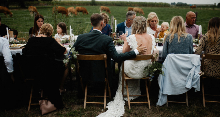 Een boerderij bruiloft in de tuin van de moeder van de bruid!