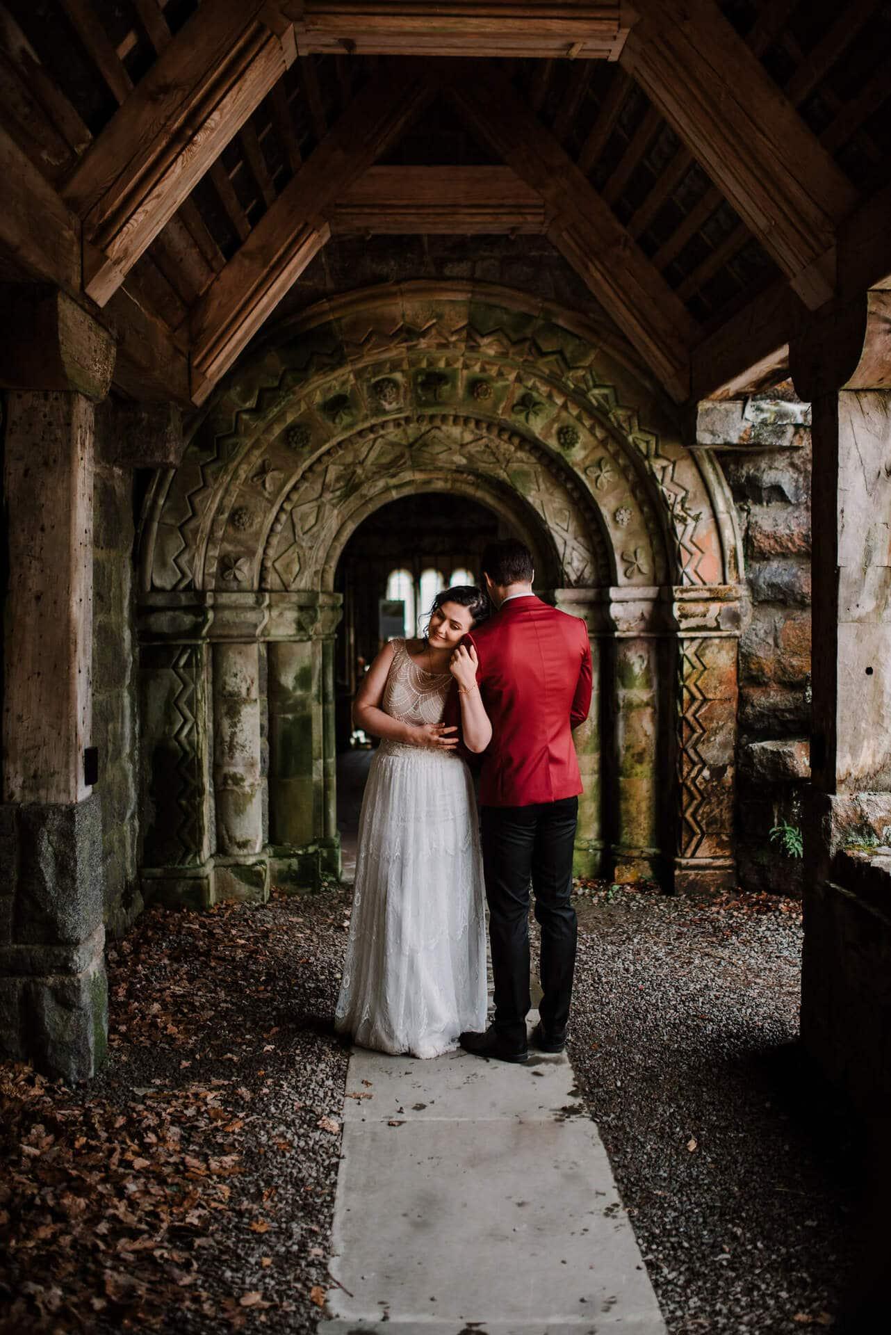 Trouwen in een kasteel is niet voor niets een droom van veel bruiden, want kijk eens hoe mooi deze bruiloft in Schotland is! www.girlsofhonour.nl