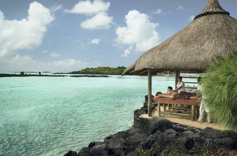 bruidspaar krijgt een massage aan het strand tijdens huwelijksreis mauritius